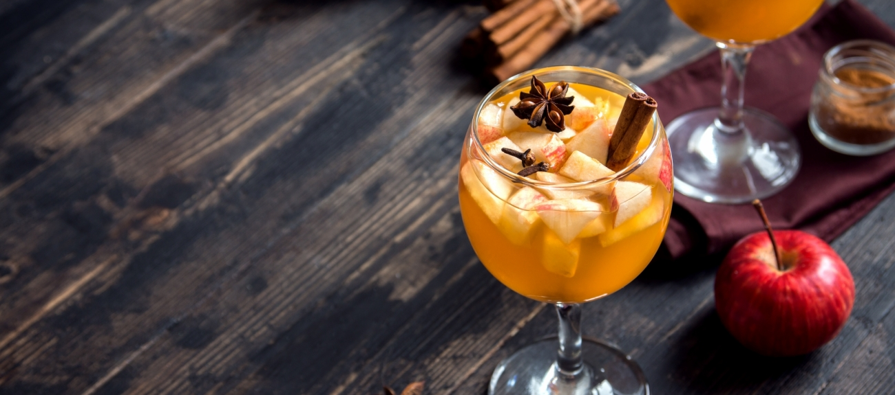 Cider drinks with Apples and Cinnamon Sticks
